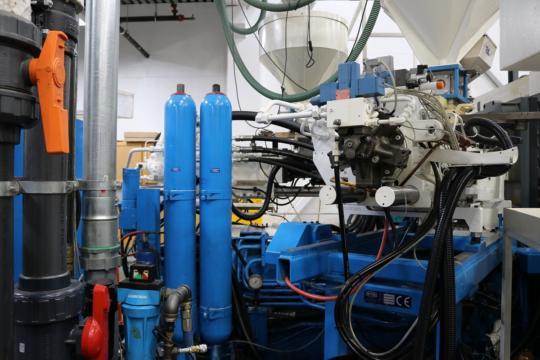 2008 3200 ton Krauss-Maffei, 310 oz Injection molding machine